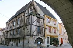 Dans les rues de Noyers (Yonne) (godran25) Tags: noyers bourgogne burgundy france yonne maisons colombages