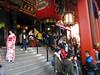 Ritos de fin de año en el Templo de Asakusa, Tokio (Pablo F. J.) Tags: templo temple budismo buddhism arquitecturatradicional traditionalarchitecture geisha linterna lantern
