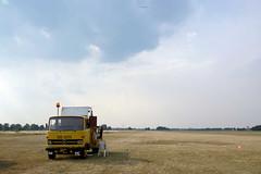 2781 LKW mit Seilwinde an der Startbahn vom Segelflugplatz Kyritz - beim Start wird das Seil auf einer Windentrommel aufgerollt und das Segelflugzeug auf etwa 90–130 km/h beschleunigt; so entstehen Formel 1 ähnliche Beschleunigungswerte von 0 bis 100 km/h (stadt + land) Tags: start flughafen lkw luftaufnahme seil luftbilder segelflugzeug seilwinde startbahn segelflug segelflugplatz verkehrslandeplatz beschleunigung kyritz flugsport heinrichsfelde windentrommel