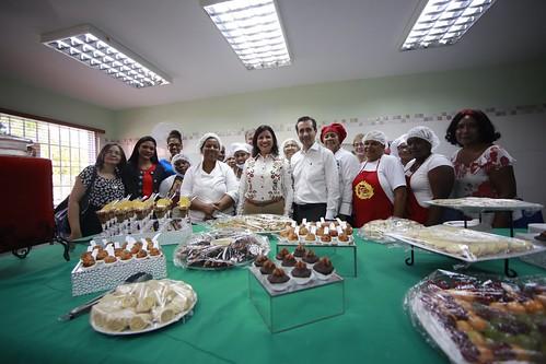 """Margarita Cedeño y Jorge Familiar juntos a estudiantes de repostería y panadería  que se forman en el Centro de Capacitación y Producción Progresando de Pedro Brand. • <a style=""""font-size:0.8em;"""" href=""""http://www.flickr.com/photos/91359360@N06/31961125675/"""" target=""""_blank"""">View on Flickr</a>"""