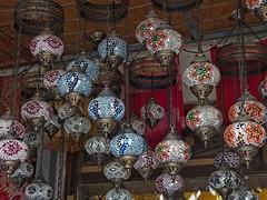Lámparas turcas colgantes en Goreme, Turquía (Edgardo W. Olivera) Tags: turquía turkey panasonic lumix gh3 edgardoolivera microfourthirds microcuatrotercios goreme lámpara lamp capadocia kapadokya cappadocia