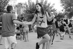 Swing! (Albita.) Tags: barcelona portrait blackandwhite white black blancoynegro blanco monochrome smile blackwhite dance movement dancers dancing retrato negro bcn monochromatic catalonia movimiento swing sonrisa zuri beltza nero baile catalua bailar dantza monocromtico zuria dantzariak bailarines zuribeltza erretratu ctalunya mugimendua mugimendu irrifarra irribarra dantzatu