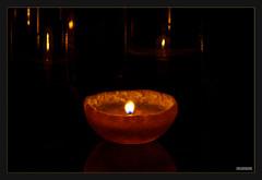 Apfelsinenkerze (MLursus) Tags: mlursus 2017 apfelsine orange kerze germany deutschland dark dunkel light licht reflektionen reflections black sparkle öl oil