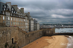 Saint Malò (filippi antonio) Tags: saintmalo illeetvilaine brittany bretagne bretagna breizh francia france city cityscape buildings architecture old oldcity wall clouds sky houses beach sand ocean atlantic sea