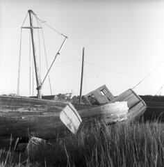 102359 09 (ndpa / s. lundeen, archivist) Tags: nick dewolf nickdewolf october bw blackwhite photographbynickdewolf 1959 1950s film 6x6 mediumformat monochrome blackandwhite capecod mass massachusetts boat oldboat boats oldboats fishingboat fishingboats old beached mast weathered abandoned beach ropes chains cables
