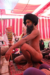 Raguvendra Das zeigt Asanas und Mudras (spiritbalance) Tags: indien allahabad kumbhmela spiritualitt indienreise mahakumbhmela