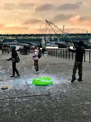 Bubbles along the river (Andrea Rapisarda) Tags: tamigi bolle londra london thames apple iphone ©allrightsreserved streetphotography sunset tramonto nuvole people gente sapone bubbles