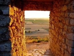 URUEÑA, PAISAJE.... (Alberto Fer.) Tags: urueña paisaje sol color atardecer muralla valladolid castilla y leon españa spain piedra ocaso luz sony agosto 2011 verano