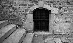 En bas de l'escalier (hobbyphoto18) Tags: blackandwhite bw france brick stairs noiretblanc pentax nb stairway brique blacknwhite nordpasdecalais escalier k50 bergues