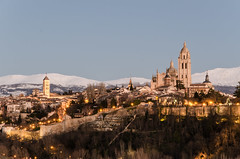 Segovia panorámica nevada (F719D) Tags: segovia panoramic landscape cathedral sanmartín trees city medieval castillayleón castillo muralla wall walls sunset blue bluehour old sky montains snow winter