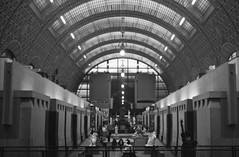 Perspective (•Nicolas•) Tags: orsay musée museum paris france visit visite nb bw zeiss ikon nettar ilford hp5 400iso lc29 vintage old film analog camera collection collectible nicolasthomas tourism tourisme culture art statue visitors paintings peintures hall plafond ceiling