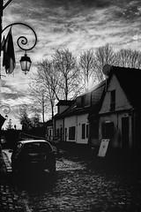 L'ombre (Des.Nam) Tags: nb noiretblanc nordpasdecalais noir noirblanc bw blackwhite monochrome mono montreuilsurmer contrejour rue ruelle pasdecalais pavés pavage voiture ombres shadow ciel nuages sombre fuji fujinon fujixpro2 desnam 18mmf2 wonderfulworld maison street streetphotographie