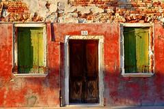 °I° (luporosso) Tags: colori colors finestra porta window door veneto burano muro wall edificio casa home allaperto ruby10 ruby15