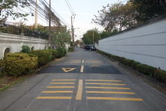 speed bump (the foreign photographer - ฝรั่งถ่) Tags: speed bump our street bangkhen bangkok thailand sony rx100