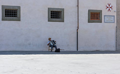 eenzame muzikant (Fred's Fotoblog) Tags: sony pisa toscane itali torenvanpisa nex7 sonynex7 sel1650mm fredbarzilay hoogtepuntenvantoscane highlightsoftoscane