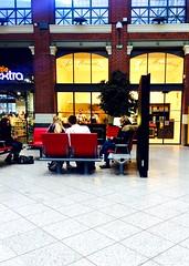 Patience.. (fourmi_7) Tags: gare attendre trajet rdv hall lille nord hautdefrance patience assis sncf boutiques lire
