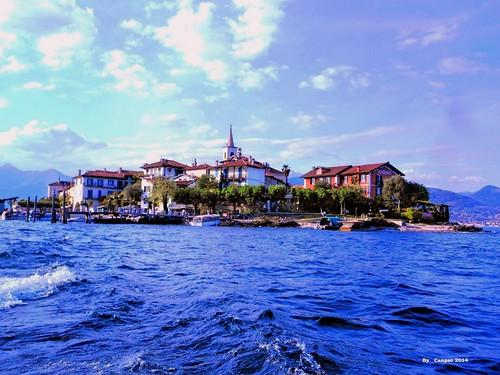 Lago Maggiore: Isola dei pescatori (Fishermen  island) from the boat  /  Isola dei pescatori vista dal Battello