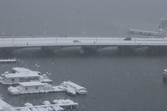 Quaibrcke (Dreamer7112) Tags: bridge winter lake snow 20d river schweiz switzerland europe suisse suiza canon20d zurich canoneos20d snowing zrich svizzera zuerich winterwonderland eos20d limmat zurigo lakeofzurich quaibrcke latemarchsnow recordsnowfall