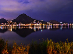 Lagoa  Noite [Lagoon at Night] (Jim Skea) Tags: brazil grass brasil riodejaneiro nightshot lagoon capim noturna lagoa lagoarodrigodefreitas top20waterpix jimsk 090406