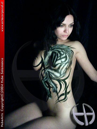 tattoos en la espalda. un bello tattoo temporal o