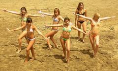 Choreography. Chicas en la playa (Miguelngel) Tags: girls beach grancanaria dance cheerleaders playa canarias badge1 chicas canaryislands baile choreography laspalmas canteras aerobic coreografia animadoras avision 200plusviewspool chicasplaya