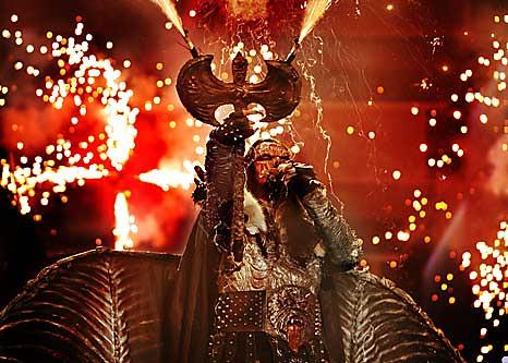 Lordi: fuegos artificiales, máscara y musiquita de rock duro.