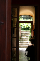A travers une porte (Anduze traveller) Tags: door france tag3 taggedout stairs tag2 tag1 steps doorway gard mireasrealm sthippolytedufort photorallye ymihofstairs ymihofnov
