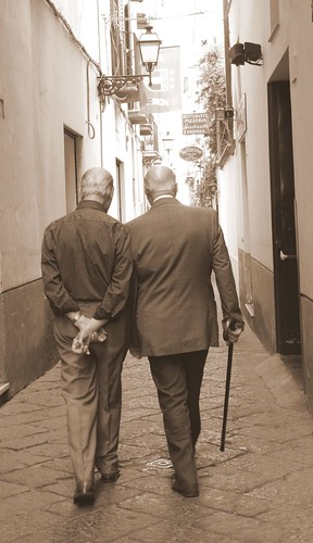 Amelia PS 拍攝的 two old men walking and talking。