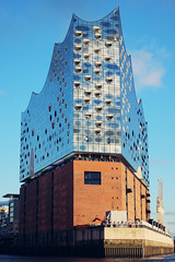 Hamburg Elbphilharmonie 3 (niggow) Tags: hamburg hansestadt hansestadthamburg holiday sightseeing turist photo photoshop photography photographer photoshoot mast hafen port hafenstadt elbphilharmonie elbe meer fluss hof city panorama overview beauty beautiful art minimal marcopolo tower budilding marcopolotower spiegel mirror museum kunsthalle kunst dockland xmas deko installation tunnel elbtunnel black white blackwhite color colors minimalism minimalistic latern sky skyscrapers stairs reflection reflexion innenhof court view ufp ufo tanzende türme tanzen turm kristall buidlings architecture architektur gold silver blue citytrip nicolai