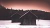 winterliche Hütten (Sascha Wolf) Tags: hütte schnee kalt eis sonnenuntergang stimmungsvoll wenigfarbe wald wiese
