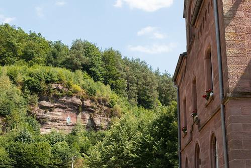 Vue sur la vierge dans la montagne depuis l'église de Graufthal