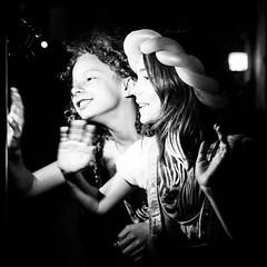 Siastok (Solylock) Tags: hello camera girls two bw blackwhite hand noiretblanc ballon main balloon nb deux toulouse juillet coucou 2015 fillettes jeunesses baudruche faitesdelimage