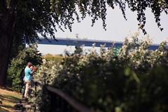 Am Kanal (01) (Rdiger Stehn) Tags: deutschland europa leute technik menschen brcke bauwerk kiel schleswigholstein norddeutschland mitteleuropa 2015 hochbrcke profanbau 2000er kielwik canoneos550d holten