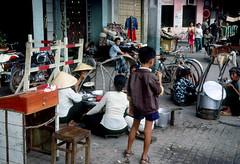 SAIGON 1967 - Lề đường Nguyễn Huệ cạnh ngã ba Nguyễn Huệ-Nguyễn Thiệp- by HG Waite (manhhai) Tags: waite vietnam 1967 saigon bienhoa macv advisoryteam98 ductu