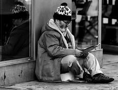 lire en rue (P. Marioné) Tags: pm marione nikon d810 raw black noir zwart schwarz negro white blanc wit weiss blanco blackandwhite noiretblanc zwartenwit monochrome bw nb zw mono bandw netb zenw blackwhite noirblanc zwartwit schwarzweiss negroblanco figure portrait streetcandid unposed crop portraiture people candid man homme hombre person personne mensen streetscene scene streetpix street rue straat strase calle streetart citylife city urban ville streetlife town streetphotographer streetphotography