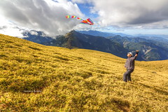 Flying a Kite on Mt. Nanhua Grassland, 3184m, Taiwan, Part 1.南華山頂放風箏, Part2. (Evo-PlayLoud) Tags: canon 550d tokina t116 1116mm tokina1116mmf28 canoneos550d hdr sky cloud clouds mountain mountains landscape scenery taiwan 南華山 能高北峰 風景 grass grassland 能高越嶺 能高越嶺西段 kite 風箏 人物 people
