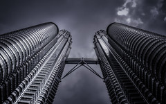 Looking up (Stefan Sellmer) Tags: malaysia architecture outdoor bw twintowers monochrome kualalumpur wilayahpersekutuankualalumpur my