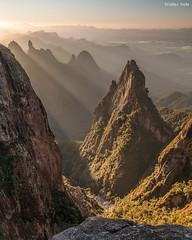 Portais de Hércules (Waldyr Neto) Tags: mountains sunrise montanhas parnaso dedodedeus serradosórgãos portaisdehércules coroadofrade