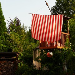 sailing-through-the-garden (Frizztext) Tags: summer garden treehouse sail homo viking faber sapiens ludens frizztext oeconomicus