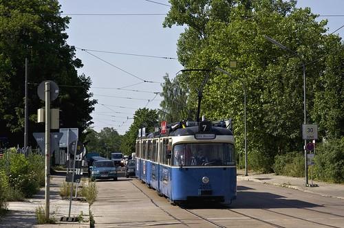 Auf der letzten Fahrt zum Museum, um von dort die Gäste zurück in die Stadt zu bringen, fährt 2005/3004 durch die Aschauer Straße
