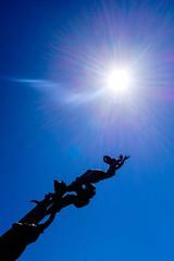 La revolución en marcha (AliBi Photographie) Tags: sun soleil sol sky cielo ciel estatua valledupar colombie statue colombia