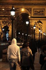 Arc De Triomphe (Toni Kaarttinen) Tags: boy woman man paris france guy lamp girl night lights evening frankreich arch frana lovers frankrijk prizs francia arcdetriomphe iledefrance parijs parisian pars  parigi frankrike  pary   francja ranska pariisi  franciaorszg  francio parizo  frana