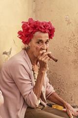 Caracter cubano (Sergio Duran) Tags: usa flores spain eyes europe character badass cuba vieja cigar ojos oldwoman cuban mirada viejo cansado viejita habano cubana tuerta oldwall intensa enfadada putohabano