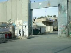 De poort in de muur rond kamp Aida