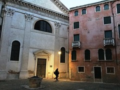 Evening in Venice (magellano) Tags: venezia venice venedig italy italia campo sanbeneto casa house chiesa church persona people pozzo well sera evening