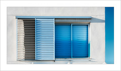 Finestra amb blaus / Window with blue (ximo rosell) Tags: ximorosell cullera composició color arquitectura architecture buildings nikon d750 detall window blue