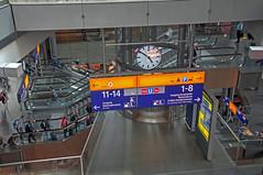 Von oben nach unten - von unten nach oben (Jonny__B_Kirchhain) Tags: berlin station germany deutschland gare escalator bahnhof db railwaystation hauptbahnhof alemania deutschebahn allemagne mitte mainstation estacin germania alemanha centralstation scalamobile rolltreppe berlinhauptbahnhof railroadstation  berlinmitte dbag estacindetren garecentrale escadarolante estacincentral stazionecentrale moabit centralrailwaystation  berlinmoabit estacindeferrocarril niemcy schodyruchome stazioneditreni  deutschebahnag berlinerhauptbahnhof    escaleraautomtica  republikafederalnaniemiec    repblicafederaldaalemanha