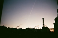 Sunset in Paris (Gwenaël Piaser) Tags: paris eiffel tower sunset unlimitedphotos gwenaelpiaser konicahexaraf konicahexar konica hexar analog photography argentique 135 24x36 fullframe compact pointandshot hexanon35mmf20 hexanon 35mm agfa 200asa 200iso iso200 color negative film negatif couleur c41 agfaphoto200 vista vistaplus agfavista agfa200 agfaphoto parigi france francia îledefrance tour sky smoke backlight contrejour silhouette city cityscape town october 2016 octobre 1000