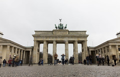 Porte de Brandebourg (Noémie.dl) Tags: berlin new year nouvel an 2016 2017 architecture colours colors nb black white reichstag allemagne germany hockey wall mur winter christmas noel