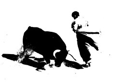 chicuelina (aficion2012) Tags: arles novillada blohorn jalabert feria du riz france francia corrida bull fight toros toreaux toro bravo 2016 bw nb duotone monochrome monotone torero novillero matador toreador leo valadez chicuelina capa capote capear capeando